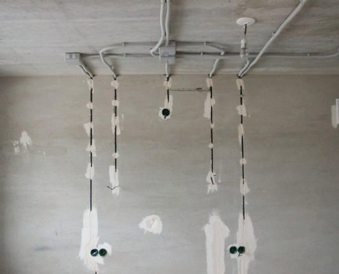 прокладка электрики по потолку